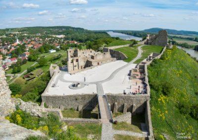 Výhľady na spodné partie hradu